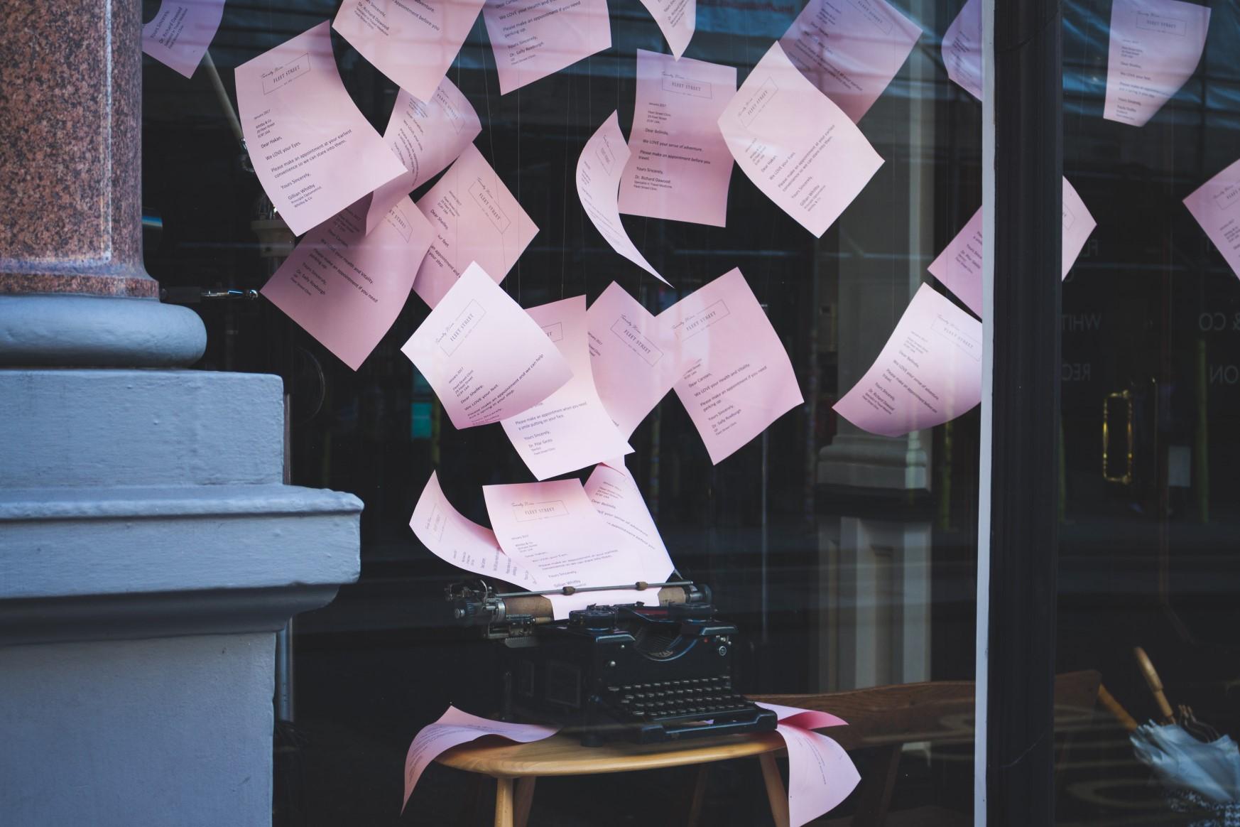 corso tecniche redazionali, macchina da scrivere lancia pagine dattiloscritte in aria