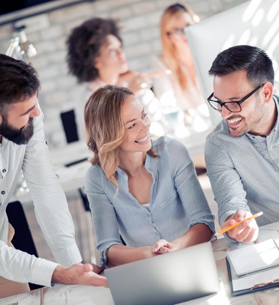 Studio di traduzioni milano, team sorridente a lavoro in ufficio