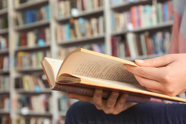 Traduzione editoriale, lettore legge un libro tradotto da un traduttore professionista