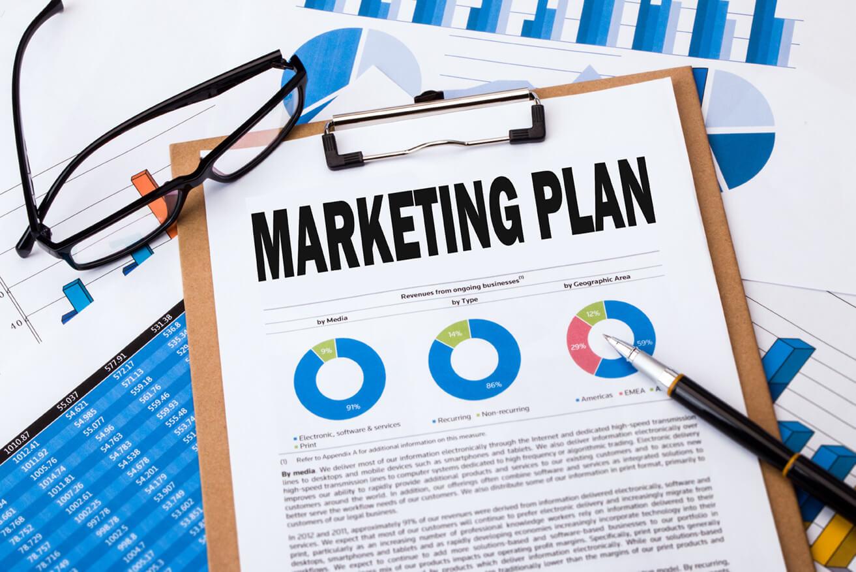 traduzione per il marketing, piano di marketing su cartelletta, penna e occhiali