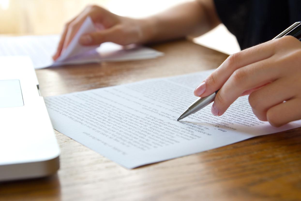 Trascrizioni, persona controlla la trascrizione di un testo