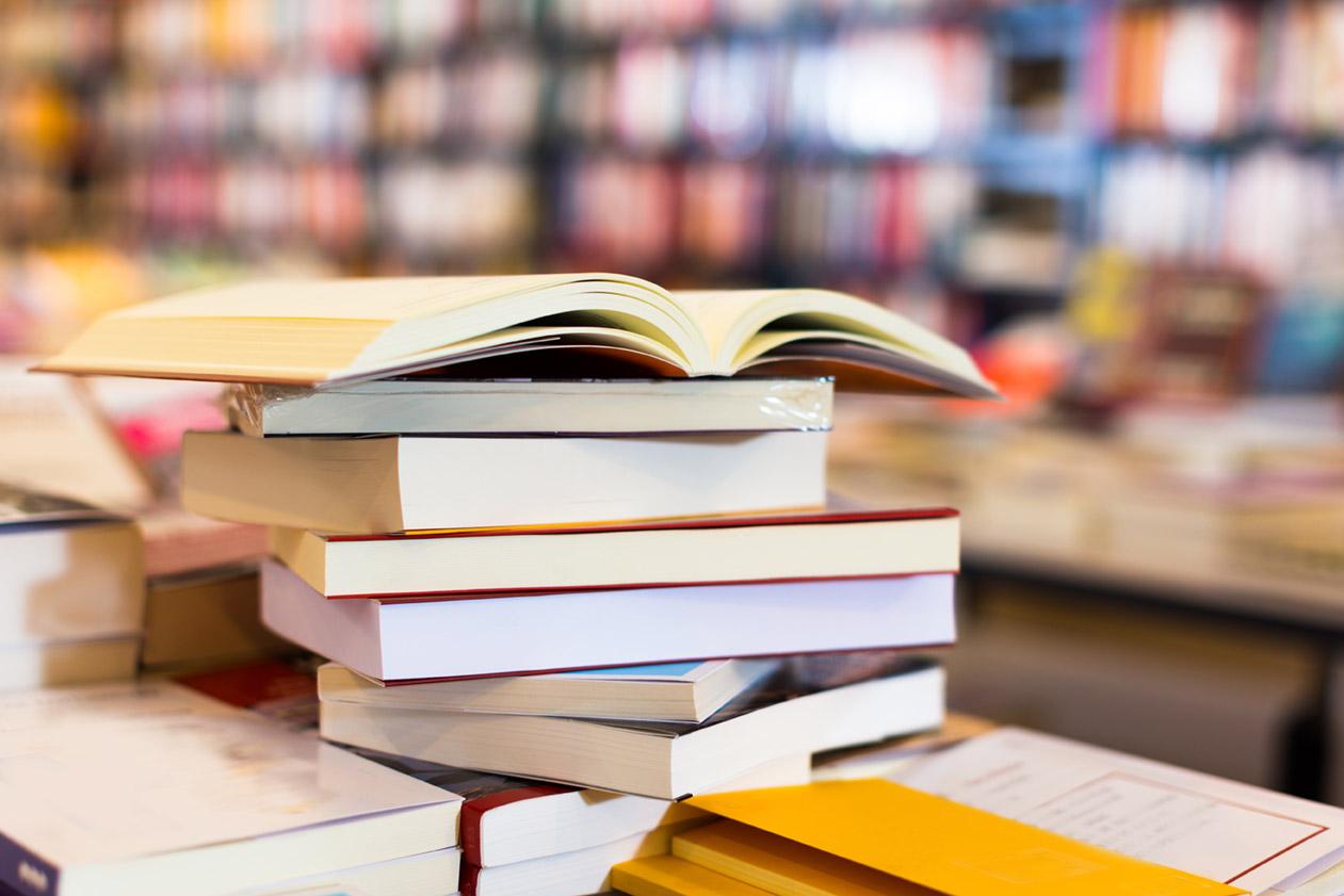 Corso per traduttor editoriale, pila di libri da tradurre